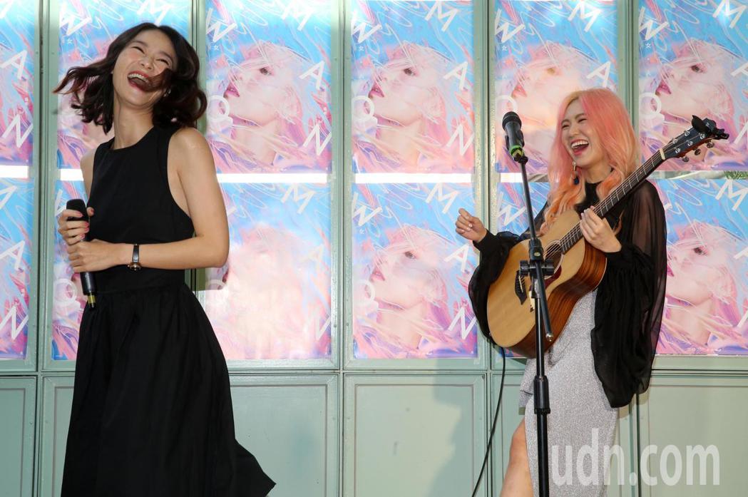 歌手孫盛希(右)今天推出個人第三張專輯《女・人 WOMAN》,超人氣女演員鍾瑶(...