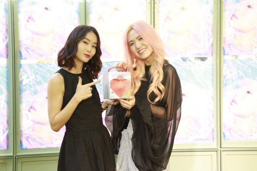 孫盛希(左)邀鍾瑶為新歌填詞。圖/滾石提供
