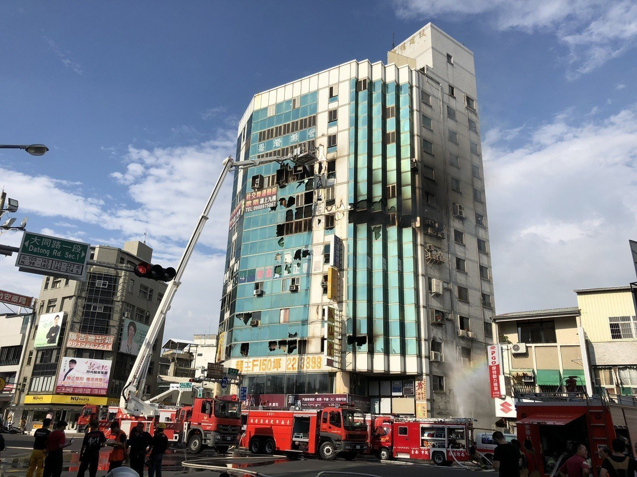 這場大火因大樓密閉空間火勢悶燒復燃,消防局出動大批人車,直至傍晚6時10分才完全...