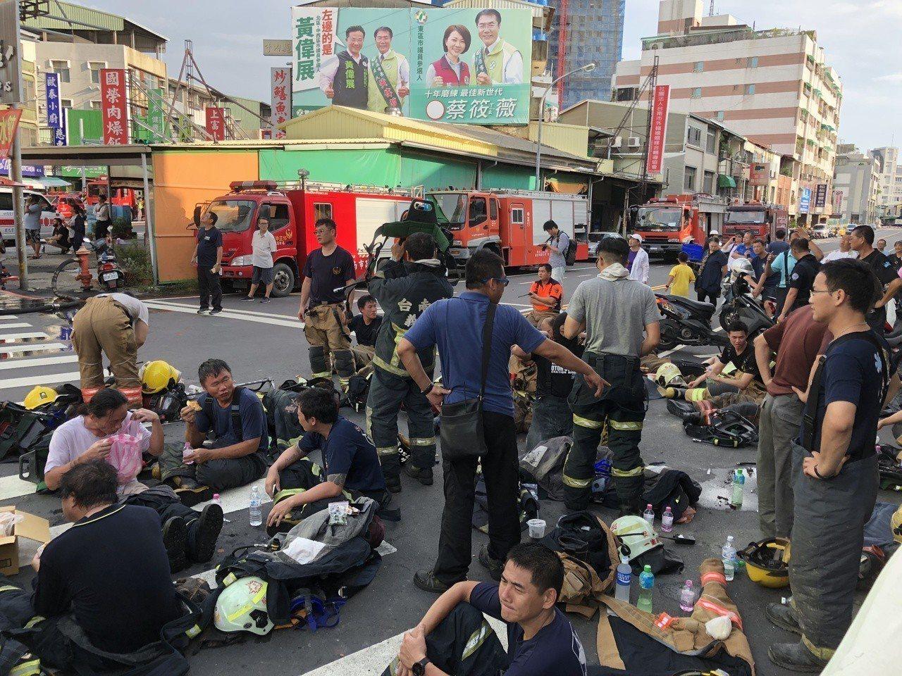 消防局出動大批消防人員輪番上陣滅火,只能趁空檔席地休息,民眾見狀直呼「辛苦了」。...