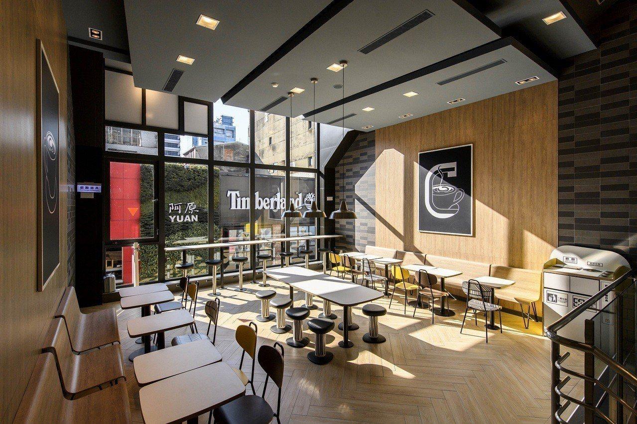 全台第一家Alphabet design的麥當勞2.0旗艦餐廳限定店裝,由香港新...