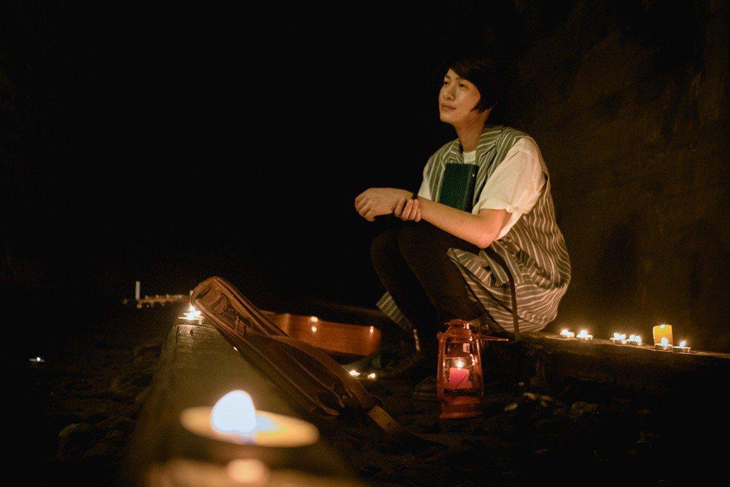 黃少谷在廢棄山洞裡面,拍攝新歌MV。圖/喜歡音樂提供