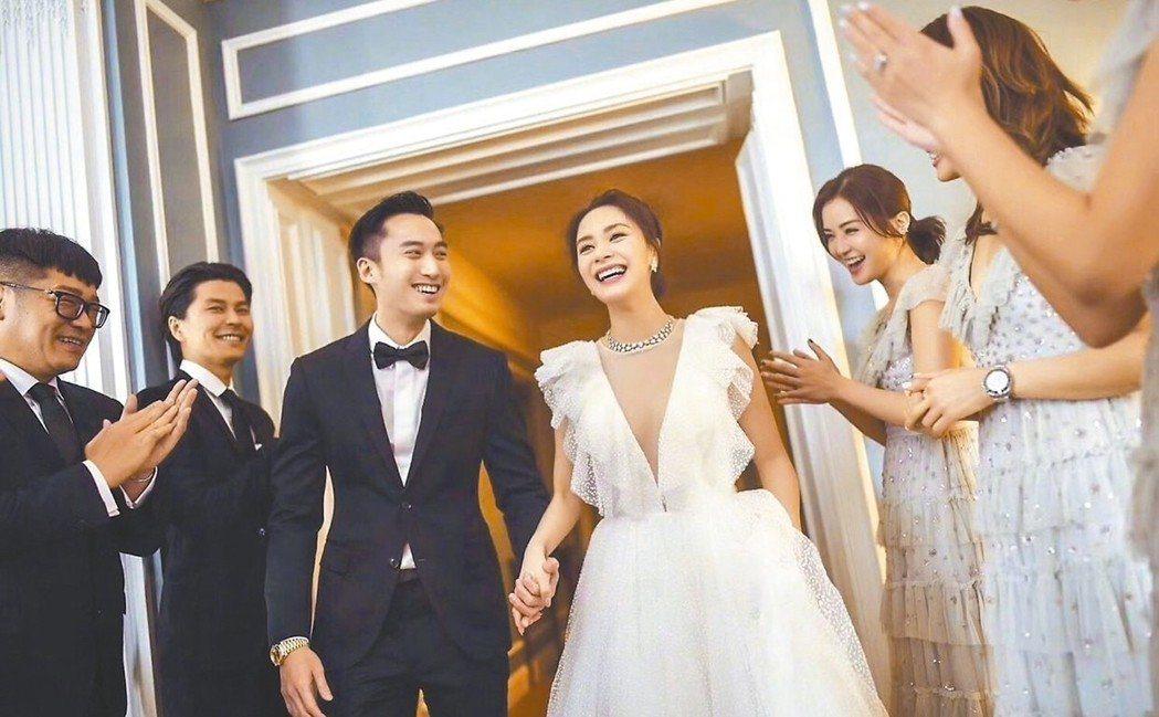 賴弘國(左)與阿嬌(中)在親友祝福在美國洛杉磯舉行「婚禮」。 圖╱摘自微博