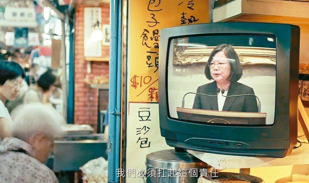 民進黨14日公布電視廣告「改革挺台灣,年金改革篇」,扁馬都入鏡,表示他們都曾希望...