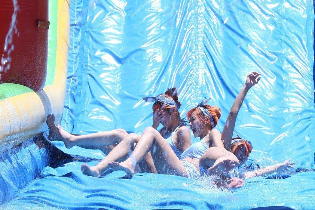 大馬女團「AMOi-AMOi」穿泳裝在泳池載歌載舞與媒體舉行見面會,並挑戰五層樓...