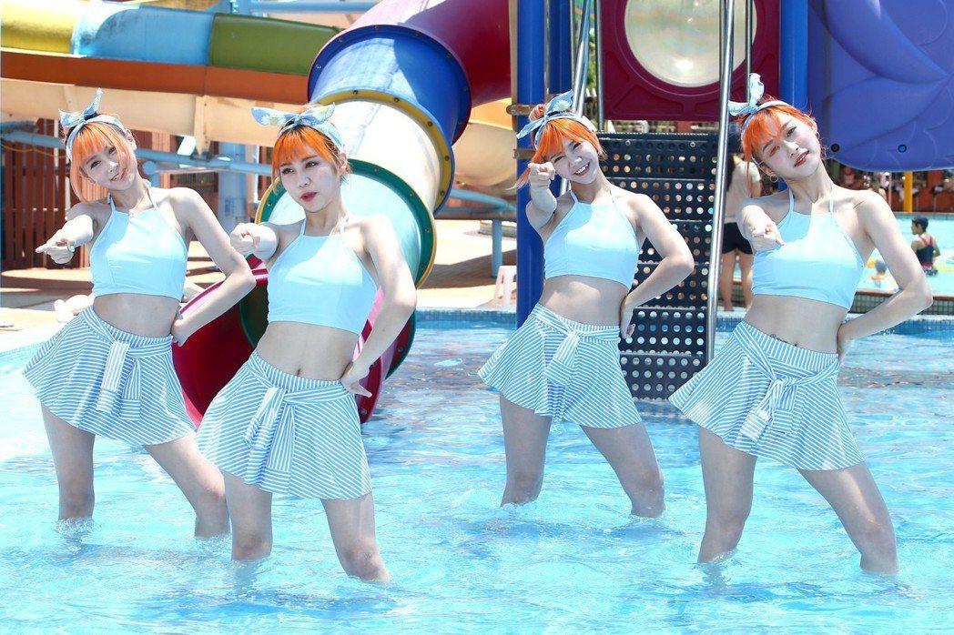 大馬女團「AMOi-AMOi」穿泳裝在泳池載歌載舞與媒體舉行見面會。記者蘇健忠/