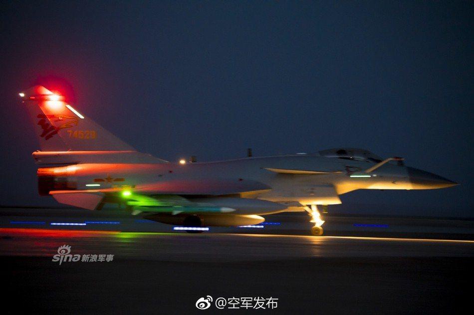 中共空軍發布殲-20夜訓照片和視頻,稱已達成全天候作戰能力。圖/截自中共空軍發布...