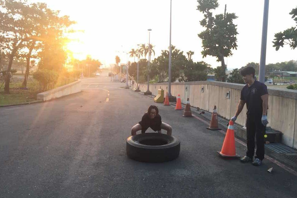 高市消防局成功分隊運用廢棄大輪胎來做「推拉翻滾」,練習核心肌群及大腿肌肉力量。 ...
