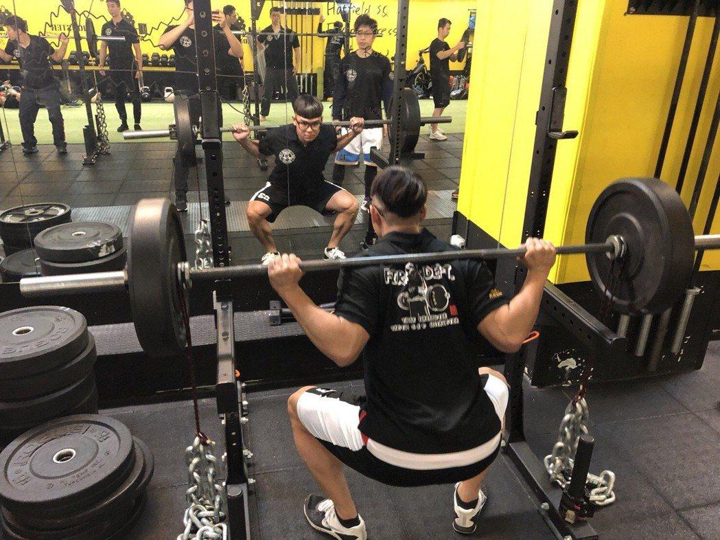 為提升消防員體能肌力,桃園市消防局今年培訓「戰術體能指導員」,針對核心肌群訓練,...