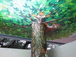 青年公園6號公廁內有彩繪天空樹。圖/北市公園處提供
