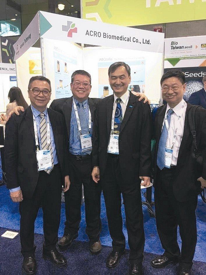 亞果生醫參加北美生技展,執行長謝達仁(左二)與貴賓合影。 業者/提供