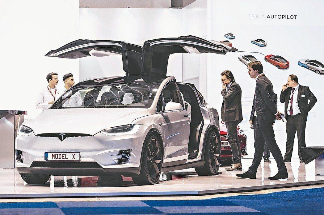 大陸新能源車熱賣,去年銷量大增五成。圖為特斯拉電動車MODEL X。 本報系資料...
