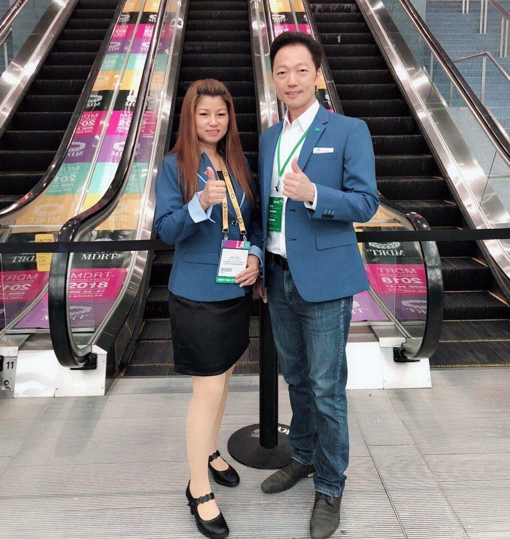 鄭可韻(左)與單位經理黃世芳參加2018 MDRT年會於美國加利福尼亞州洛杉磯會...