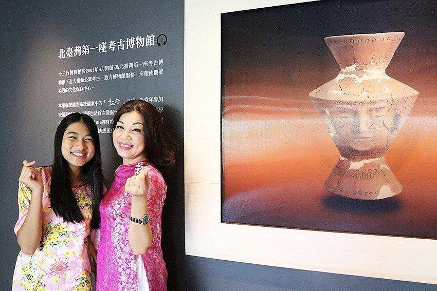 新住民媽媽武氏芳恆攜女兒,一起擔任博物館服務大使。 十三行博物館/提供