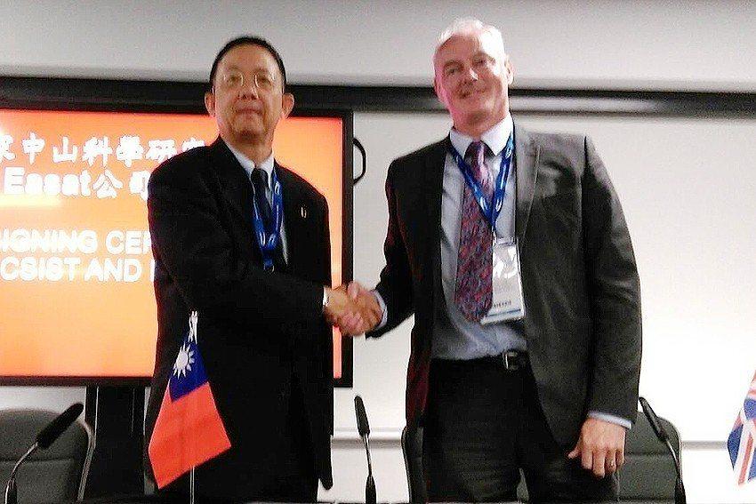 中科院院長杲中興(左)與Easat公司董事長James Long代表雙方簽訂合作...