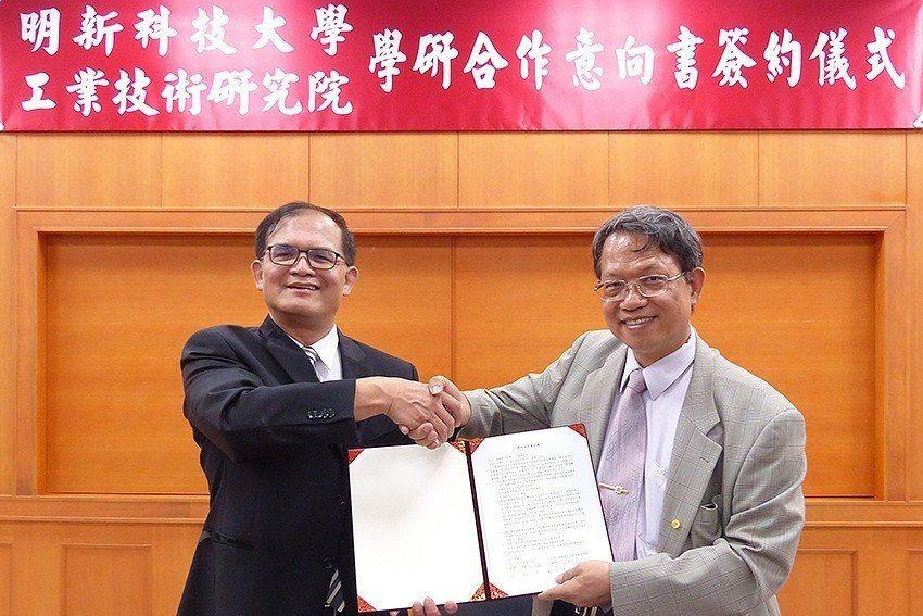 明新科大校長林啟瑞(右)、工研院機械所所長胡竹生代表雙方簽約。 明新科大/提供