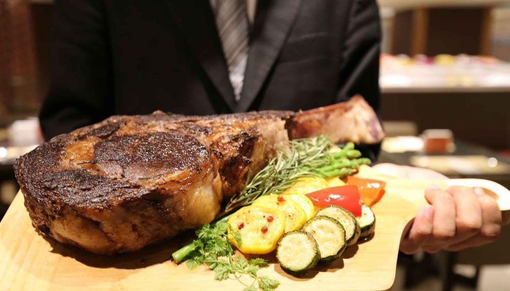「美國安格斯52盎司戰斧牛排」,外皮焦香酥脆、肉質柔嫩多汁。  大億麗緻酒店 提...