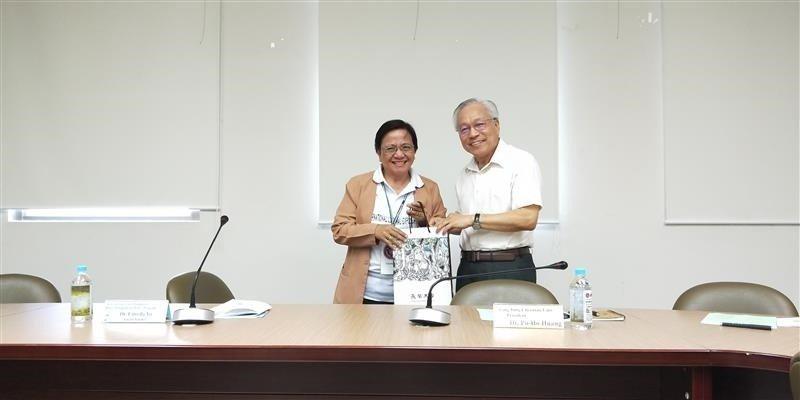 副校長黃伯和(右)贈紀念品予菲律賓聖保羅大學(左)。 長榮大學/提供