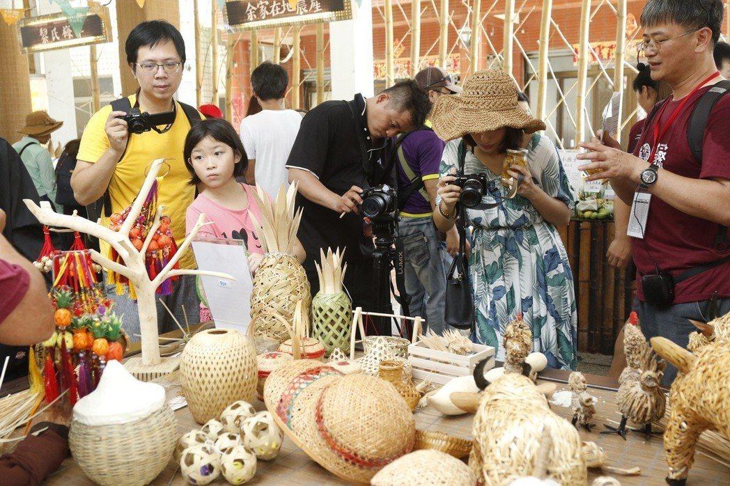 遊客們對竹編藝品十分感興趣。 崑山科大/提供