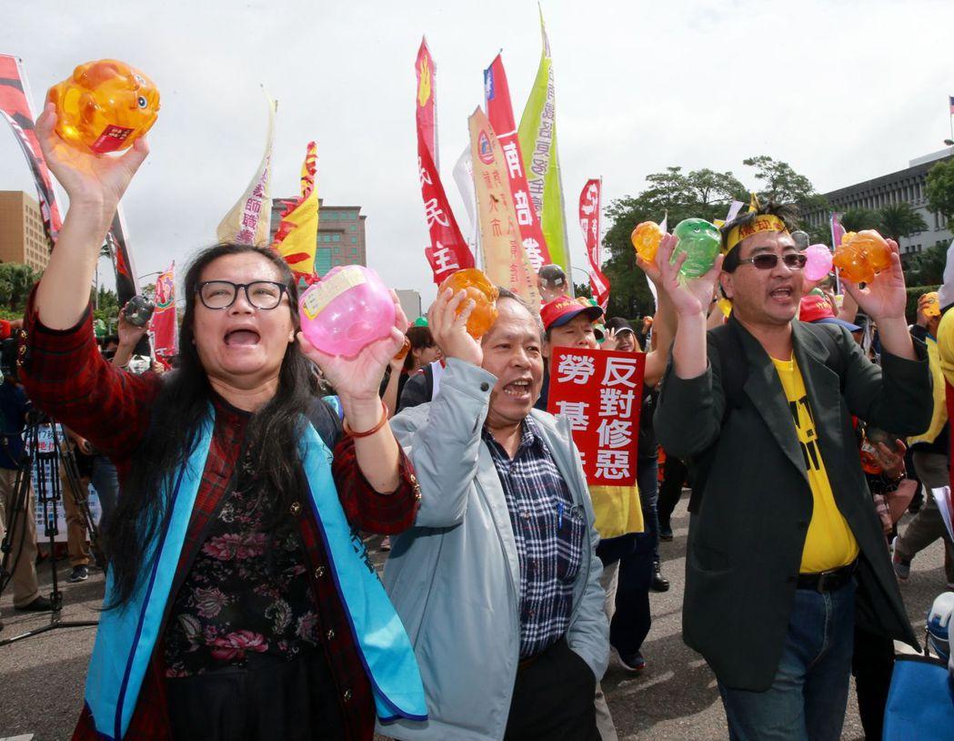 17秋鬥工運團體將蔡英文競選總統小額募款的「小豬」,丟還給蔡總統,表達勞工的憤怒...
