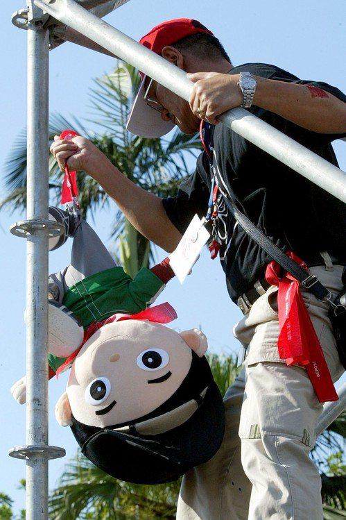 紅衫軍反貪腐靜坐時,倒扁總部將「阿扁娃娃」倒吊在會場上。 圖╱聯合報系資料照片