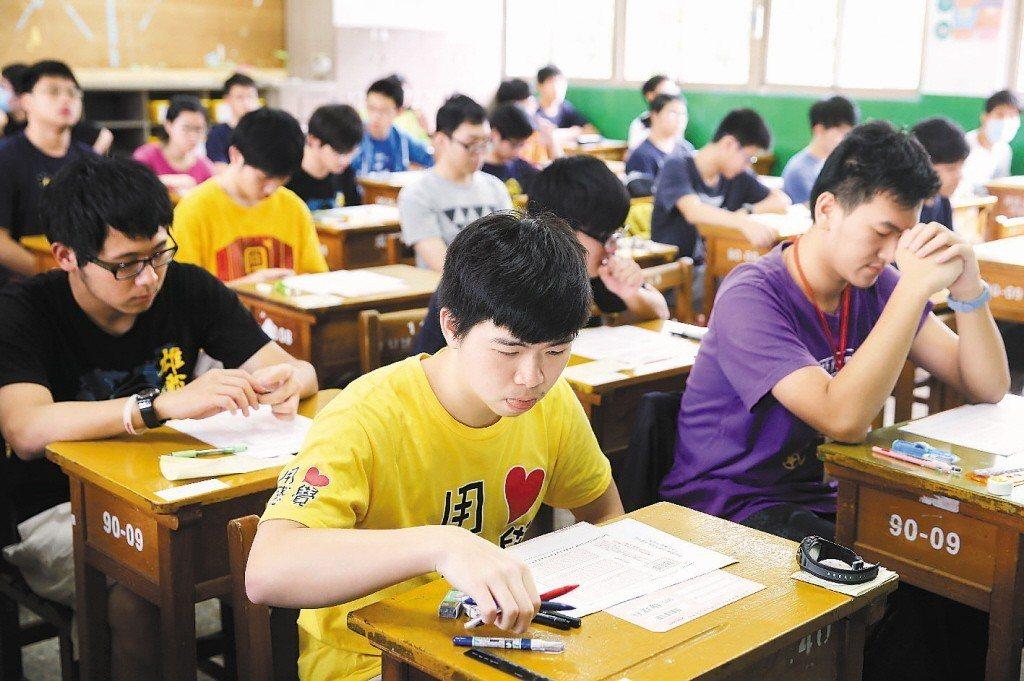今年將首度提供「學測各組合成績人數累積表」,考生可依據卅種成績組合的人數分布,作...