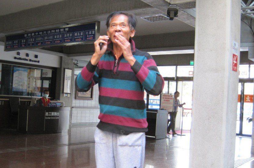 抗議天王柯賜海3年多到台中地檢署開庭,他被告恐嚇案,在地檢署廣場大喊檢察官濫權,...