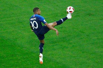 2018年世界盃足球賽由法國奪下大力神盃。圖為法國隊超級新星姆巴佩。 圖/路透社