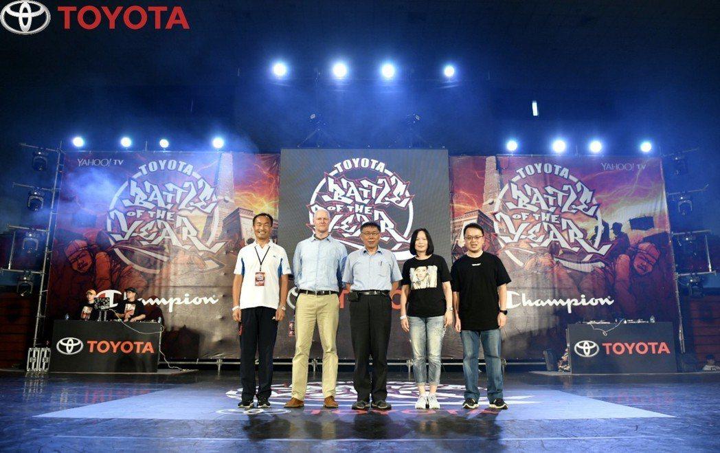 台北市長柯文哲(中)到場支持,並鼓勵舞者今年勇奪世界冠軍。 業者/提供