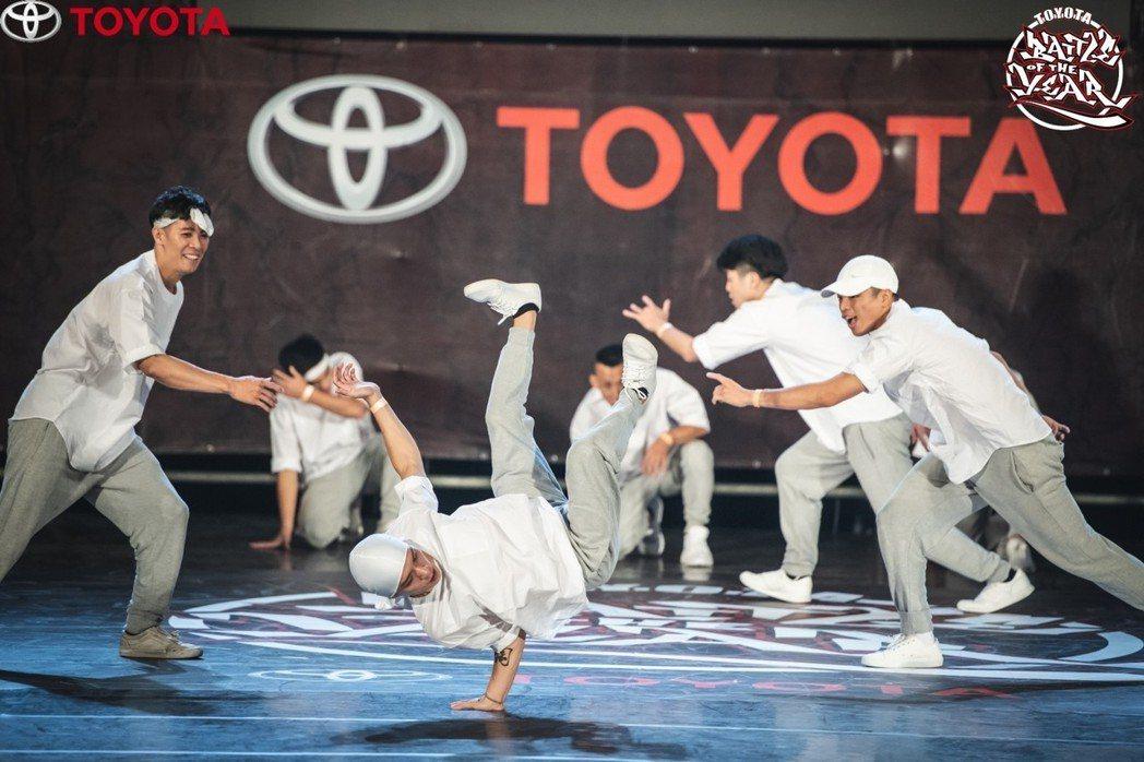現場選手們展現各種霹靂舞技巧,炫目舞蹈動作讓現場熱血沸騰。 業者/提供