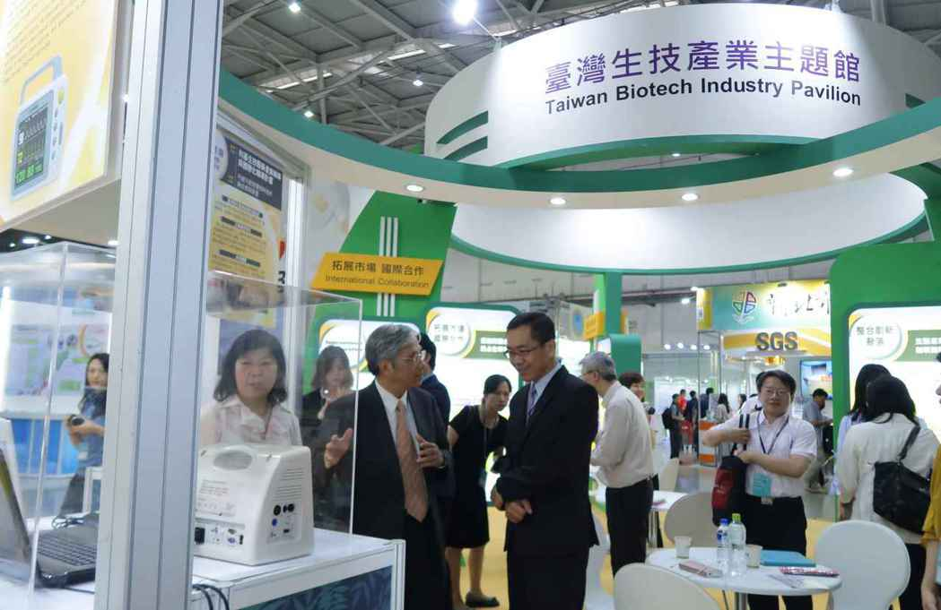 工業局副局長楊志清(右)參觀台灣生技產業主題館,為參展業者打氣。 李炎奇/攝影