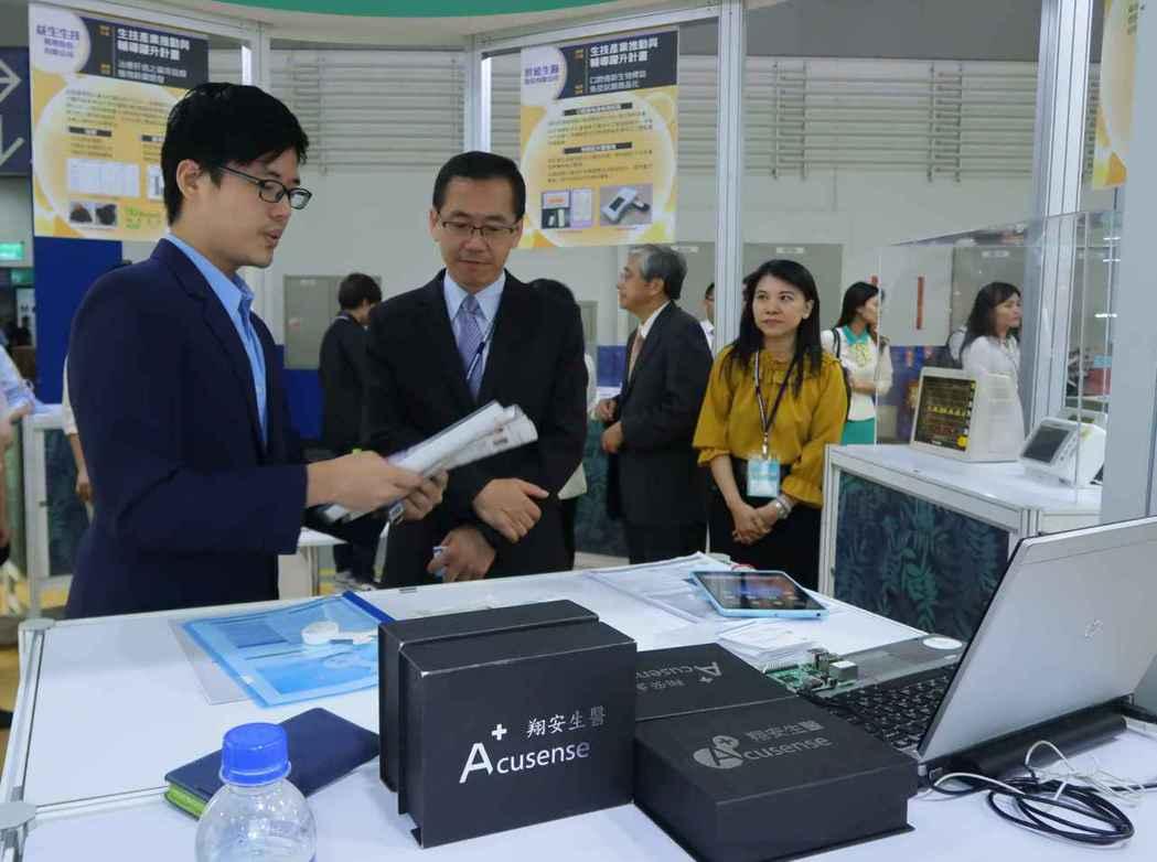 工業局副局長楊志清(右)參觀翔安生醫攤位。 李炎奇/攝影