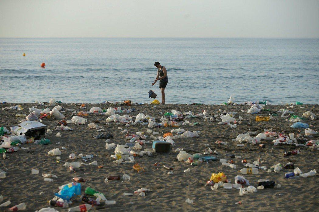 到2021年,人們每年丟棄的寶特瓶數量將達到5千億個,遠超過被回收的數量。圖/路...