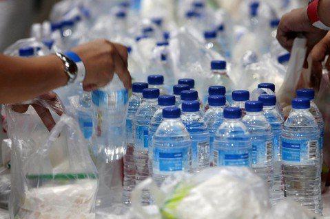 全球大部分的寶特瓶都用於飲用水,目前中國所消費的瓶裝水數量名列世界第一,且需求還...