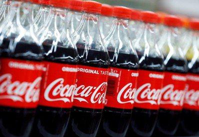 可口可樂公司表示將在可行的範圍內持續增加再生塑膠的使用。圖/路透社