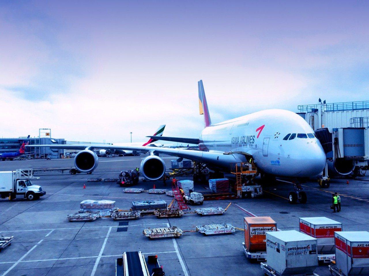 韓亞航空的OZ 221航班,由Airbus A380-800機型執飛,緩緩停靠在...