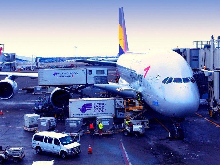 停機坪前近距離再來一張特寫,韓亞航空新購進的A380,很新的飛機 圖文來自於:T...