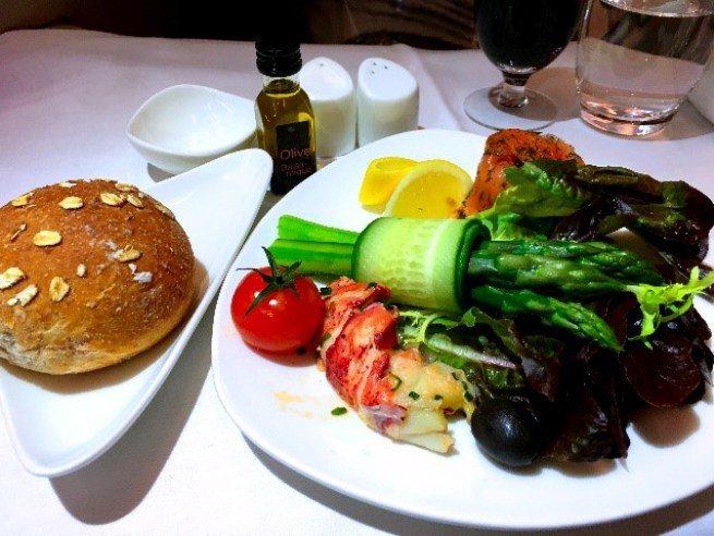前菜-龍蝦 & 醃鮭魚蘆筍沙拉 圖文來自於:TripPlus ※ 提醒您:禁...