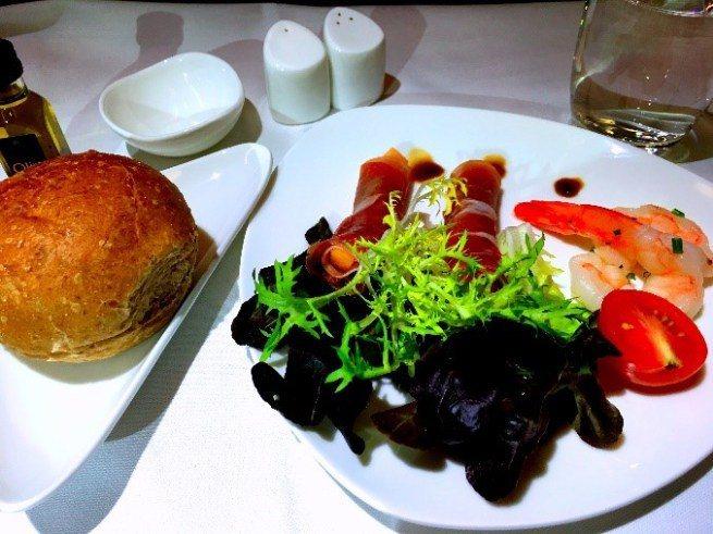 降落前便餐-前菜:醃製蝦仁及普羅休特火腿 圖文來自於:TripPlus
