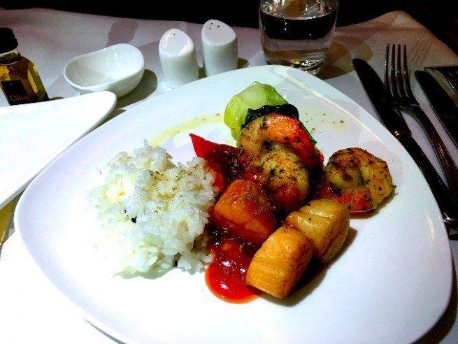 降落前便餐-主菜:蝦仁干貝飯 圖文來自於:TripPlus