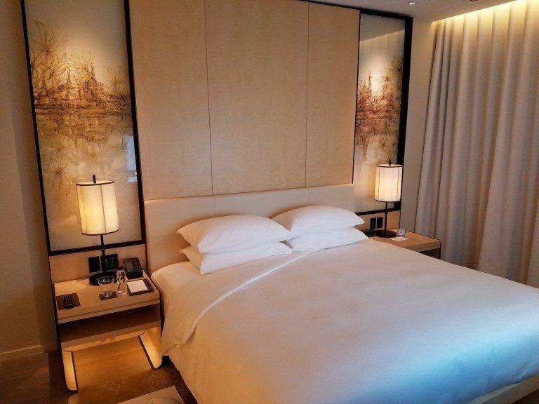 曼谷柏悅酒店套房的大床 圖文來自於:TripPlus