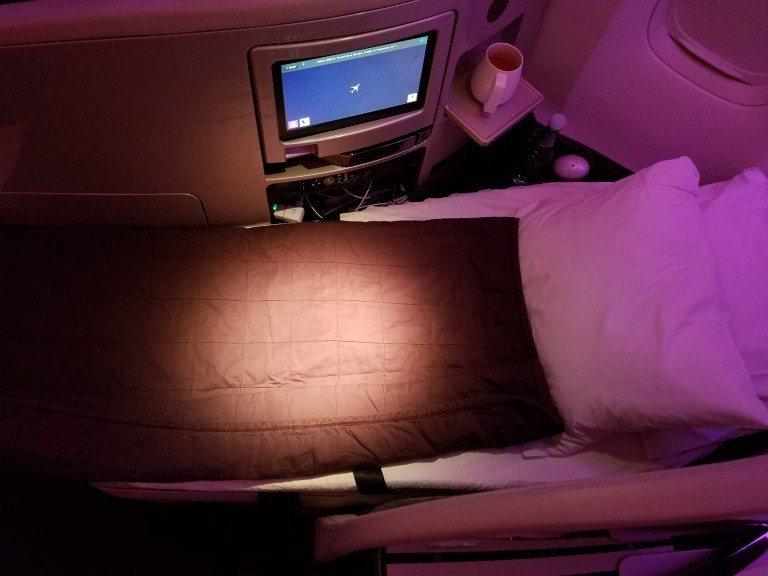 紐西蘭航空的魚骨式商務艙,平躺後的樣子(空服員會主動鋪床) 圖文來自於:Trip...
