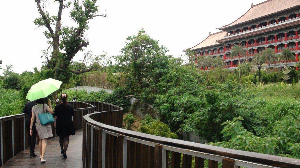 長達198公尺的景觀木棧道,巧妙串聯飯店區與澄清湖風景區。記者王昭月/攝影