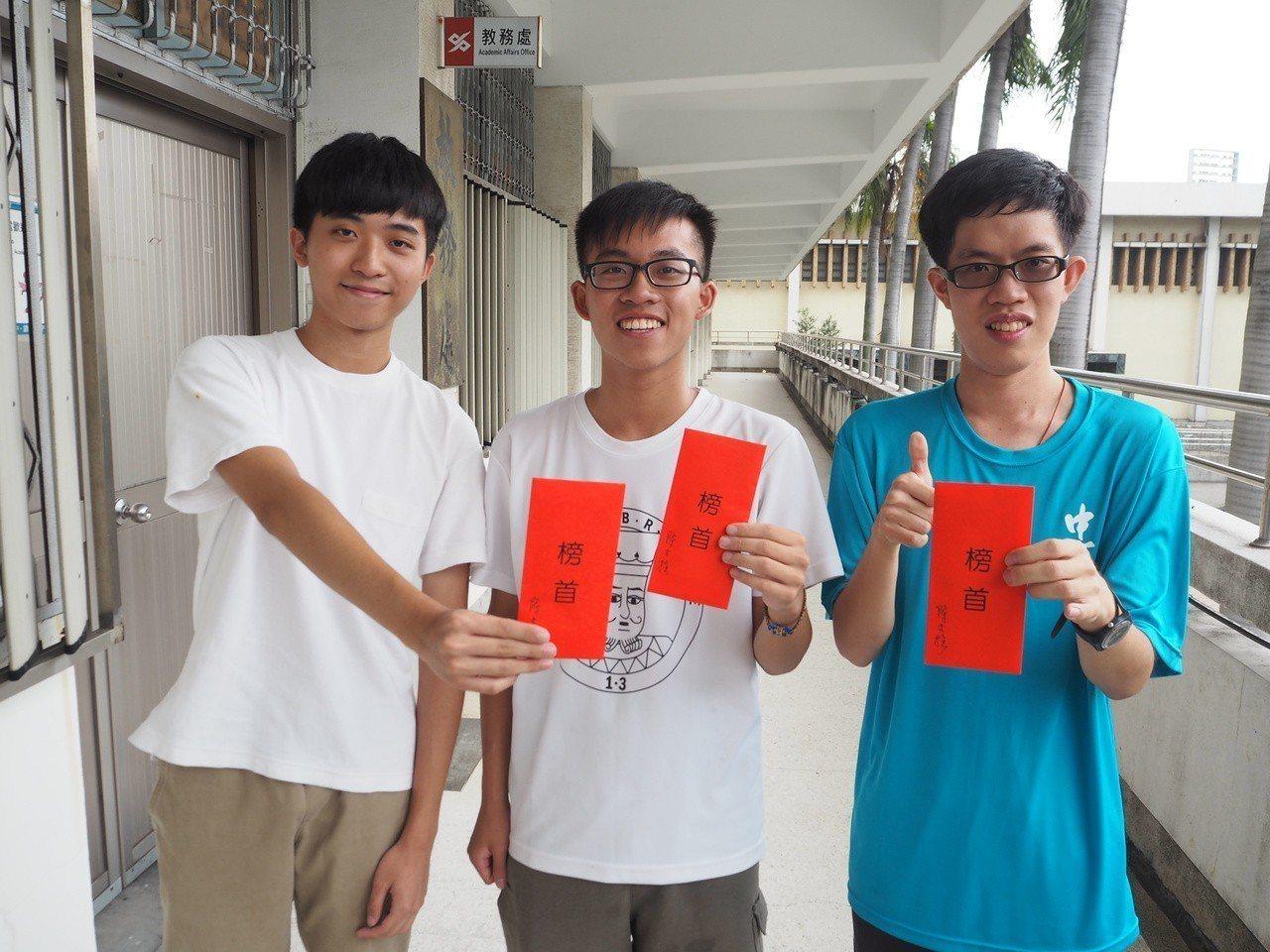 台中一中各類榜首考生,第一類組廖政華(左起)、吳秉儒、王韋翰。記者喻文玟/攝影