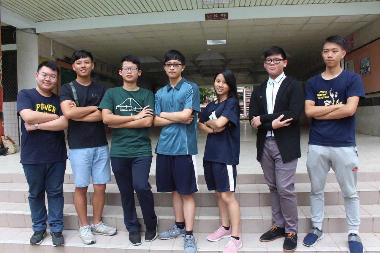 大學指考成績今天公布,嘉義高中成績優異,賴冠宇(左一)等5名學生確定可上台大醫科...