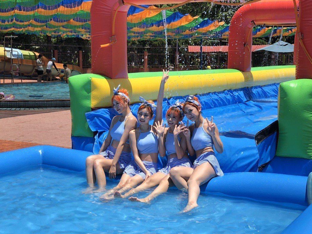女團「AMOi-AMOi 」到泳池戲水。記者林士傑/攝影