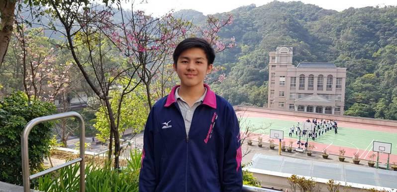 二信高中田明勗,學測考了70級分,他不滿意再拚指考,考出495分,有機會進入高醫大牙醫等醫學系。圖/二信高中提供