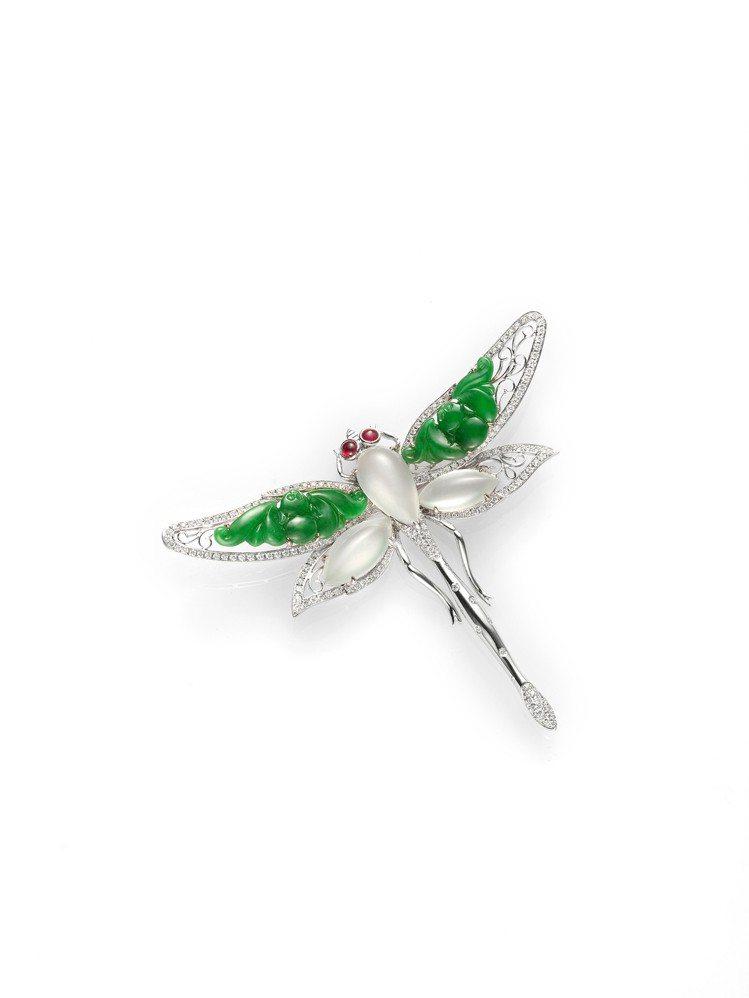 玉世家童心系列翡翠與冰種白翡蜻蜓造型胸針搭配鑽石與紅寶石,48萬8,000元。圖...