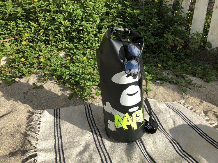 AAPE BY A BATHING APE夏日限量Summer Bag系列防水袋...