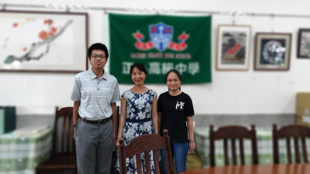 學生王柏懿(左)、校長林佳慧(中)、廖培妤(右)合影。記者邱奕能/攝影